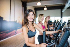 Frau auf Fitnessgerät