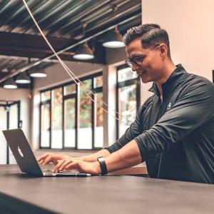 Trainer bei der Arbeit am Laptop
